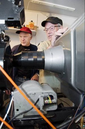 Ecke Högström och Åke Nordin granskar den gamla projektorn.