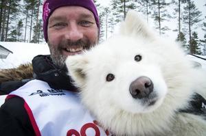 Lars Jämtsved från Östhammar, tävlande för Ryssjöns slädhundsklubb, med 4,5 åriga samojedtiken Lexie.