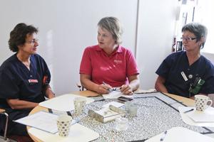 Distriktsköterskorna Ewa Onelius och Annelie Svensson tillsammans med asylhälsans vårdenhetschef Inger L'Estrade vill att de asylsökande ska kunna delta i aktiviteter i Söderhamn.