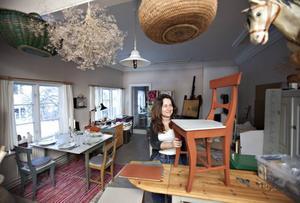 Eva-Lena köper upp gamla möbler och ger dem nytt liv.