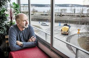 Mikael Lindau är kritisk till att det byggs höga bostäder på Storsjö strand.