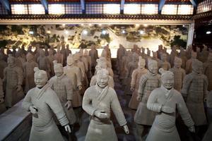200 kopior av terrakottakrigarna finns på museet i Älvkarleby. Den största samlingen av fullstora kopior utanför Kina. De riktiga lerfigurerna står i kinesiska Xian, där de av en slump grävdes fram på 1970-talet av lokalbor som byggde en brunn. Soldaterna visade sig vara del av kejsaren Qins enorma grav från 200-talet f. kr. Tusentals människor hade för Qin arbetat med att göra lersoldaterna, som skulle skydda kejsarens eviga själ mot angrepp efter döden.