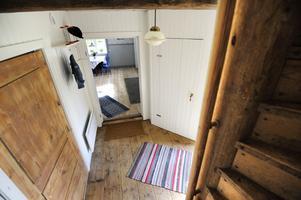 En blandning av gammalt och nytt, golvet i farstun är original, liksom trappen upp till övervåningen, som dock blivit lite snävare eftersom man isolerat.