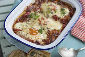 Ugnsbakade ägg är kalasbra brunchmat som kan förberedas innan. Det här är en portugisisk variant med massor av smakrika grönsaker.