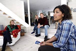 Familjen Persson/Thorberg kan rekommendera andra att ställa upp som extraföräldrar.–Man ska vara beredd på att vara uthållig. Men om man har en trygg situation är det inget att tveka på, säger David Thorberg.Till vänster syns Annika Lemoine och till höger Matilda Lindström, båda familjehemssekreterare på socialtjänsten.