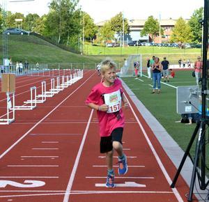 Bosse Lövgren från Falun tog också täten direkt från start och höll den ända in i mål 800 meter senare.