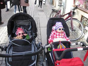Coola kidsen på sta´n. Molly hänger med kompis från Halmstad.En hälsning till mormor o morfar i Västerås och morbror i Hallstahammar från Molly