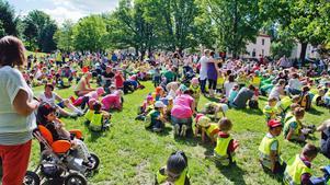 Runt tusen barn och vuxna hade samlats i Skytteparken för att jympa tillsammans på onsdagsförmiddagen. Temat var musik och figurer ur filmens värld.