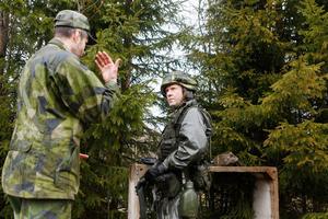 Efter en terrängrunda med skytte i olika situationer ger löjtnant Lars-Olow Olsson återkoppling och instruerar om vilka förändringar som bör göras under nästa runda.