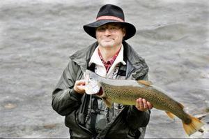 Svante Flink från Enköping fick en rejäl öring på kroken när han fiskade i en sjö norr om Gäddede