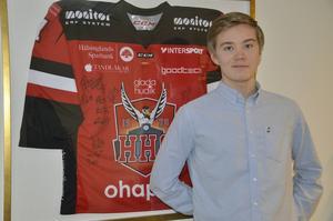 Det bästa av två världar för Mathias Berglund. En HHC-tröja med autografer från Brynässspelare.