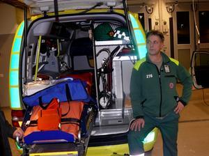 Stefan Hast visar en av ambulanserna med inredning. Bild: Kjell Eriksson.