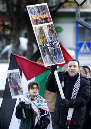 Haysam Mohamad och Mona Sabha visade upp plakat med bilder på offer för bombningarna i Gaza.