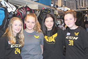 Fyra av de unga tjejerna i VIK:s damlag. Från vänster: Mimmi Gill, Clara Eliasson, Thilda Isakson, Maja Oskarsson. Ett ungt damlag i division 1 med en medelålder på omkring 18 år.