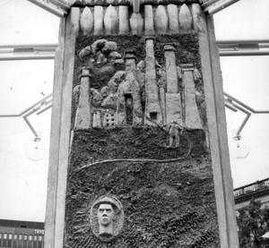 GÄVLEHISTORIA. Pylonen närmst Stadiuum på Stortorget berättar om den förödande stadsbranden 1869. Just där pylonen står låg snickare Erlandssons verkstad, där branden började lördagen den 10 juli för 140 år sedan. Gävlesonen Joe Hill, vars kampsånger också tände eld, har fått en porträttrelief på samma fält.