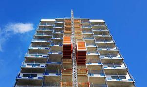 Hissarna i Fagerskrapan har inte saknats då två utvändiga hissar används till materialtransporterna under byggnationen.