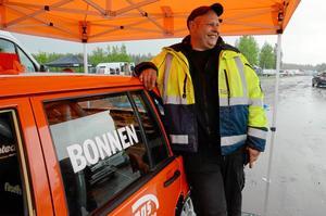 """glad bonngrabb. B-föraren Micke """"Bonnen"""" Larsson tänkte värma upp med seger i Laxå innan han ger sig på SM nästa helg. Om planen höll får vara osagt."""