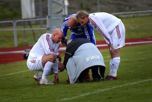 Skadad. Vänsterbacken Johan Adolfsson (till vänster) tvingades kliva av strax före halvtid efter en smäll mot näsan. I värsta fall kan det handla om ett brott på näsbenet. Janne Kivineva och Andreas Hedlund kollar läget med sin skadade lagkamrat.