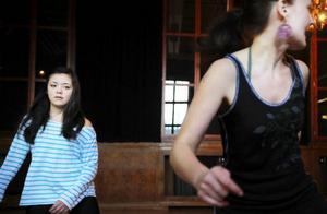Från vänster på bilden syns Felicia Sellerberg och Kristina Hallström. Felicia Sellerberg bor i Stockholm, men är i Östersund på besök. Hon har inte dansat affro/street dans innan men tyckte det skulle vara kul att pröva. Helt orutinerad på dans är hon dock inte.