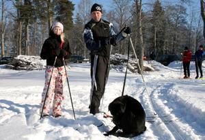 Filippa Moen med pappa Jonas och hunden Eddie hade skoj med skidåkning på Långforsen.Foto: Ingalill Forss Norberg