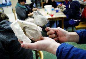 En grundmodell formas först i lera. Sedan smetas silikonet på och stelnar till en form.