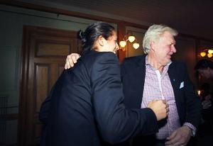 Jonathan Lndbäck kramas om av sin tränare Leif Widegren.