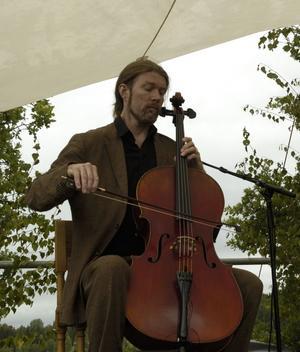 Skicklig. Svante Henrysson glänste med sin cello och hans ackompanjemang gav sångerna djup och fina kontraster. Foto:KarinJanson