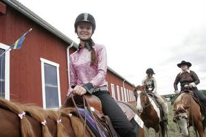 Rosa glansig skjorta, glittrig krage och glittrigt skärp. Det är viktigt att se bra ut när det är tävling, tycker Jessica Björkman från Bjuråker.