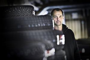 Patrik Loo har jobbat på gummiverkstaden i tre år, numer driver han verkstaden och äger dessutom hela fastigheten i Kläppa.