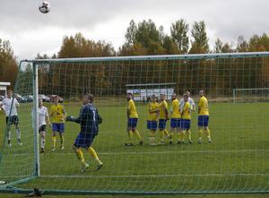 Mattias Larsson inledde målskyttet för Lillhärdal och visade sig sedan vara grym även i mål när Emil Dahlsten fått sitt andra gula kort i matchen.