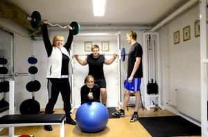 Ann-Louise Westbom, Erik Kullback, Hampus Axols och Carina Axols tränar alla i gymmet som ligger i Sockensugans källare.