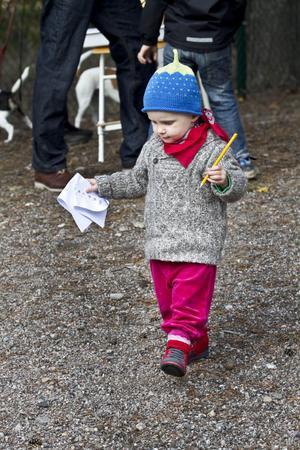 Ingrid Hillman har inte börjat på Häcklinge förskola än men deltog entusiastiskt i gårdagens tipspromenad.