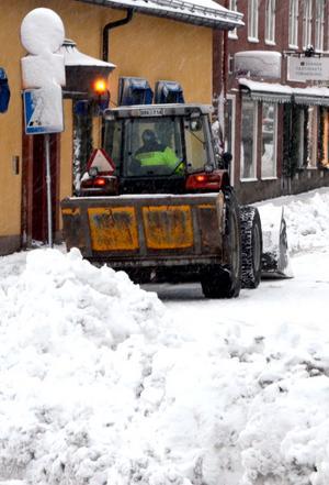 Under kortare perioder kan kommunen använda gångbanor för uppläggning av snövallar.