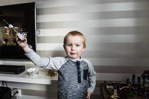 I dag lever Viggo som vilken fyraåring som helst. Han visar stolt upp sitt legoflygplan som storasyster Noomi byggt åt honom.
