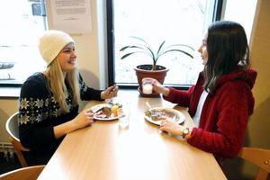 Ebba Nilsson, 16 år, och Axelina Malmberg, 16 år, går första året på samhällsvetenskapliga linjen med inriktning beteendevetenskap. De tycker att en dag med endast vegetarisk kost är en aning orättvist.– Då har ju inte de som inte äter  vegetarisk kost något att äta, säger Axelina Malmberg.– Det finns ju alltid ett vegetariskt alternativ, så det kan ses som en aning onödigt med ännu en vegetarisk rätt, säger Ebba Nilsson.