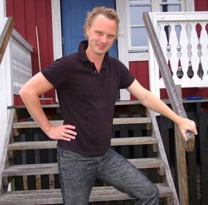 Teater Spiras konstnärlige ledare Jonas Fröberg sitter nu i Henning Mankells skrivarlya i Överberg och skriver en pjäs om finanskrisen.Foto: Leif Eriksson