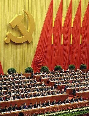 Bekant symbol. Kinas kommunistparti har kongress och ska välja nya ledare. Hammaren och skäran visar att på de kommunistiska rötterna och partiet vill heller inte dela makten med andra.foto: scanpix