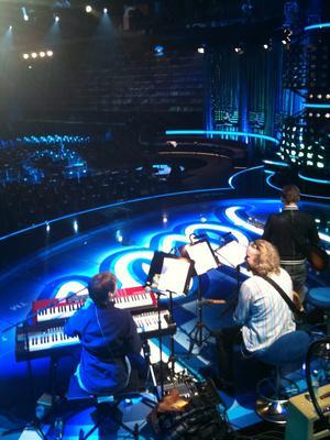 Jag heter Britta Bergström och jag jobbar med körsång i Idolproduktionen. Kl 11.11 såg det ut så här i Läkerol Arena.., repetition inför tomma läktare.