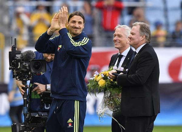 Malmö, 30 maj 2016. Zlatan Ibrahimovic får pris efter att i höstas ha spelat sin hundrade landskamp, av Håkan Sjöstrand och Karl-Erik Nilsson, ordförande för Svenska Fotbollförbundet.