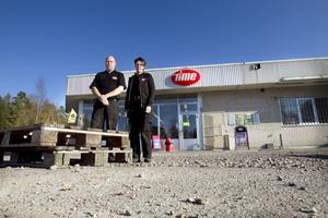 Mia Eriksson, t h, är delägare i Time på Malnvägen, och Kent Jonasson, anställd i butiken, hoppas bygget ska komma igång snart. – Kunderna undrar och vi har inga besked att ge. Vi trodde ju macken skulle stå klar i september.