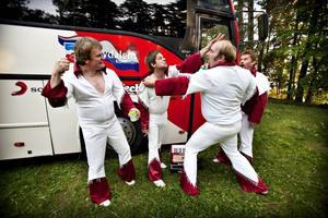 Larz-Kristerz verkar vara ett dansband som gillar att spexa. För Arbetarbladets fotograf iscensatte killarna i bandet ett slagsmål. Ingen kom till skada. Och trots många veckors resande i turnébuss tycks stämningen mellan killarna vara mycket god. Det var lugn och harmoniskt gäng som träffade Arbetarbladet i turnébussen mellan spelningarna på Ön i Hedesunda.