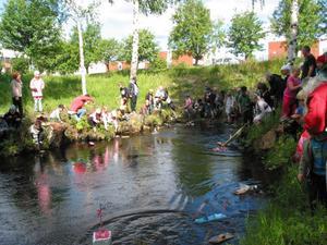 Dags för start för fritidshemmens båtrace i Öjebäcken.
