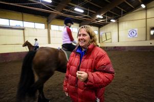Lena Malmström leder ridläger för vuxna på Svedens ponnyklubb. I bakgrunden syns Eva Eriksson på Thinkerhästen Lola. Foto:Kjell Jansson