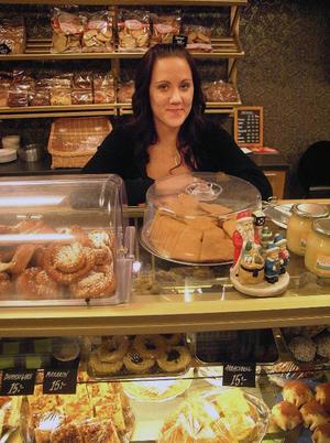 Tanja Torkkel bakar och expedierar på Lilla bageriet i Stugun.