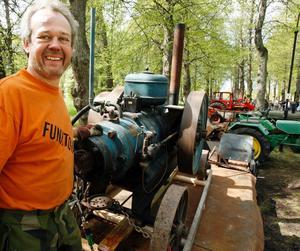 Rolf Liv från Valbo Veterantraktorklubb visar stolt upp den dunkande dieseldrivna tändkulemotorn som en gång drivit ett sågverk. Klubben har närmare 200 medlemmar i hela landet, främst i Mellansverige.
