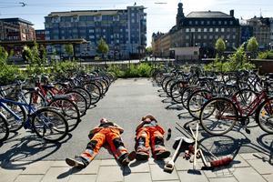 Även fast det är varmt får man ligga i...Örebro sommaren 2011.