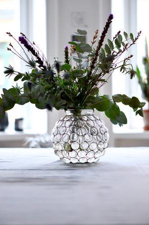 Färska blommor gör hemmet levande . Ett vackert blomsterarrangemang är ett populärt stajlingknep.