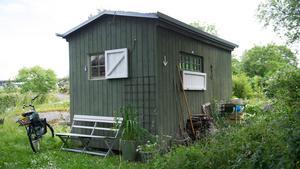 På husets baksida finns det plats för diskbänk och fällbart avlastningsbord.