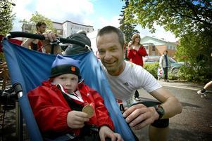 Radarpar. Peter Kolmeister och sonen Emil har fått en alldeles speciell relation. Peter har under pappaledigheten tagit med sig sonen i den trehjuliga sulkyn på både träning och tävling och i lördags genomförde de Ludvika stadslopp.