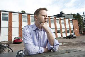 Lägg ner skolnämnden. Det vill läraren och politikern Fredrik Adolphson göra. I stället vill han införa en arbetsgrupp med kunnigt folk hämtad från skolvärlden.